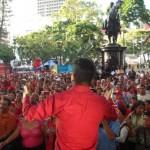 Dirigiéndose a los presentes en la Plaza Bolívar