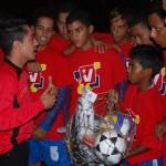 Entregándole implementos deportivos a los jóvenes